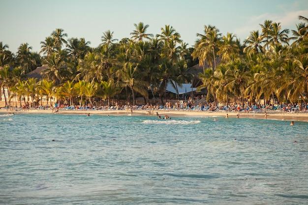 Vue sur la plage de dominicus à bayahibe en république dominicaine au coucher du soleil