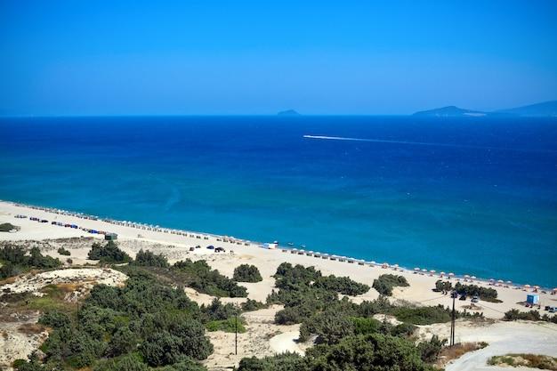 Vue sur la plage ensoleillée de l'île de kos