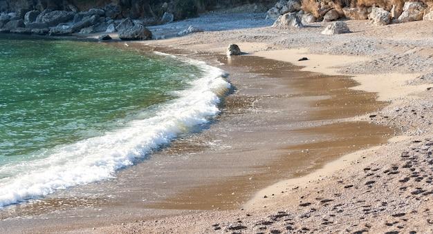 Vue de la plage de galets à scauri, italie.