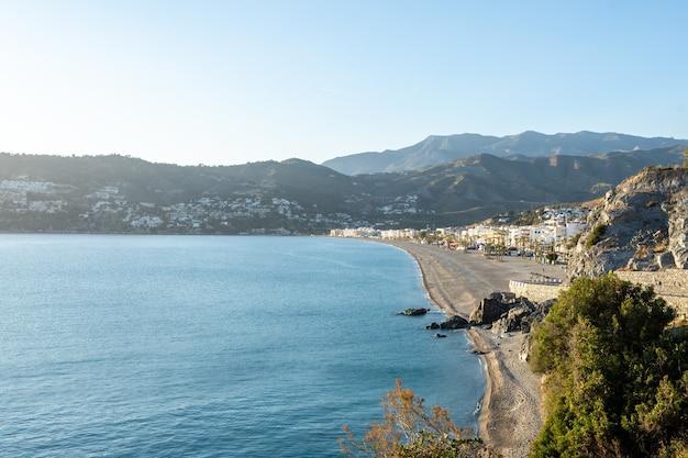 Vue de la plage de la herradura, almuñecar, grenade, andalousie, espagne