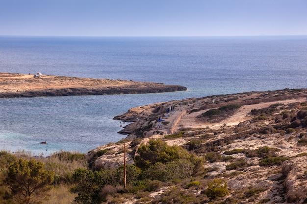 Vue de la plage de lampedusa en saison estivale