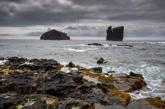 Vue sur la plage rocheuse de mosteiros. île de sao miguel. açores portugal