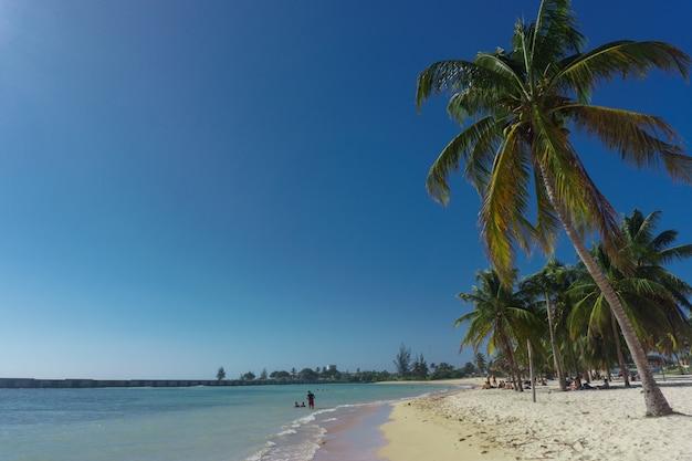 Vue sur la plage tropicale avec des gens à playa giron, cuba