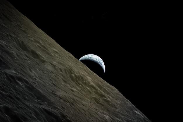 Vue de la planète terre depuis les éléments lunaires de cette image fournie par l'illustration de la nasa