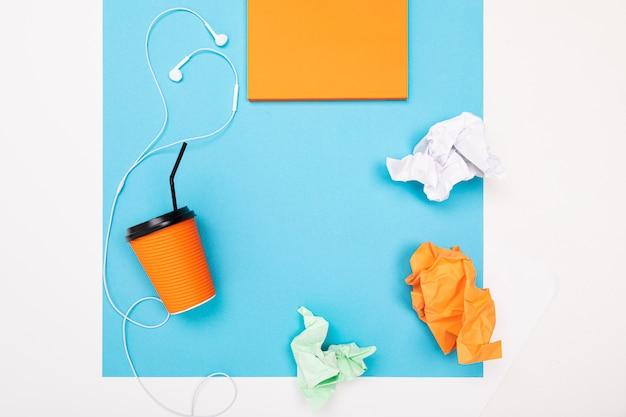Vue à plat du bureau avec un arrangement créatif de papeterie et de cahiers pour le bureau