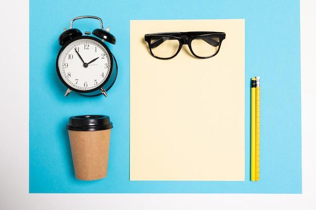 Vue à plat du bureau avec une disposition créative d'articles pour le bureau