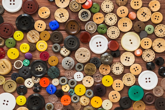 Vue plein cadre de nombreux boutons colorés