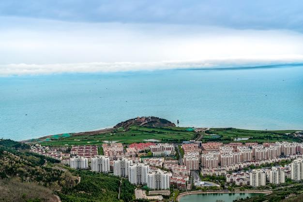 Vue plongeante sur le littoral et la ligne d'horizon urbaine de qingdao