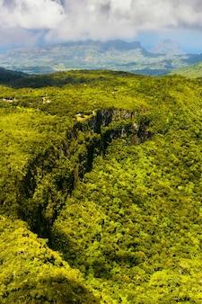 Vue plongeante sur les montagnes et les champs de l'île maurice