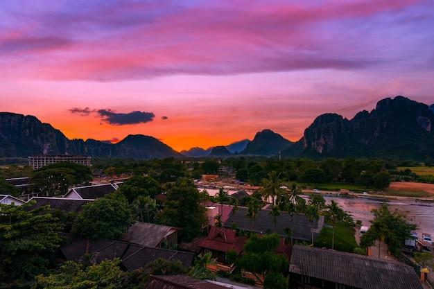 Vue en plongée et beau coucher de soleil à vang vieng, laos.