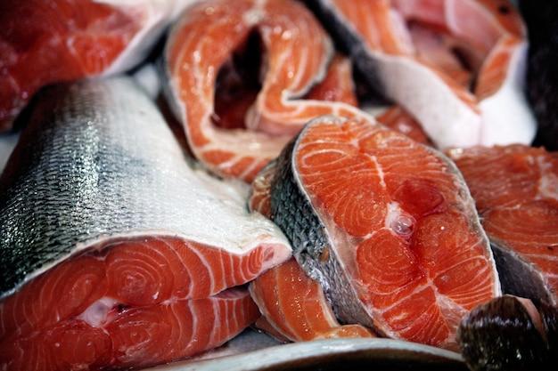 Vue de plusieurs poissons de saumon tranchés frais au marché.