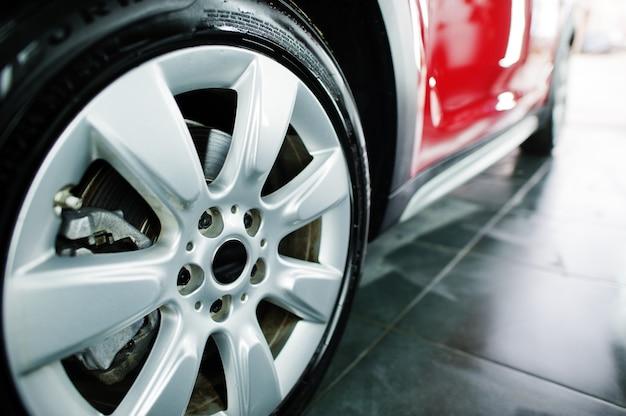 Vue des pneus de voiture au garage