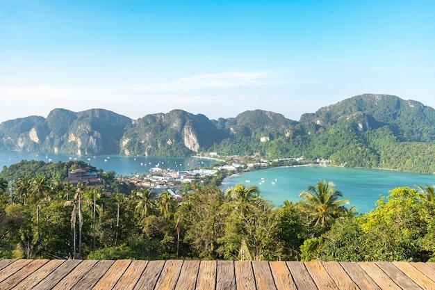 Vue sur le point de vue de l'île phi phi qui a vu toute l'île devant les feuilles de tamarin, surplombant les montagnes et la belle mer