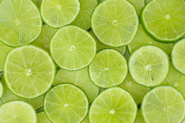 Vue de la pointe des tranches de citron vert empilées