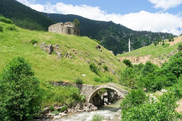 Vue d'un pont en arc avec minaret dans l'ancienne église grecque. giresun - turquie
