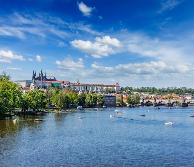 Vue sur le pont charles sur la rivière vltava et gradchany (prague c