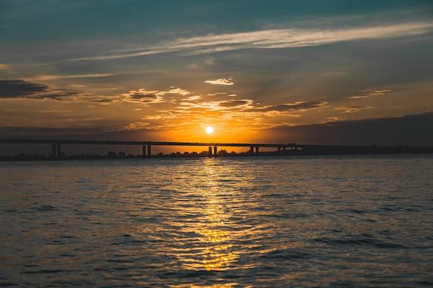 Vue sur le pont et coucher de soleil sur la rivière