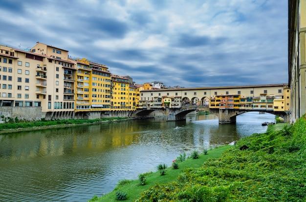 Vue sur le pont vecchio dans la ville de florence