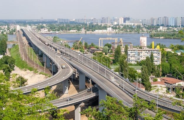 Vue sur les ponts routiers et ferroviaires depuis une colline au-dessus du fleuve dniepr. kiev, ukraine