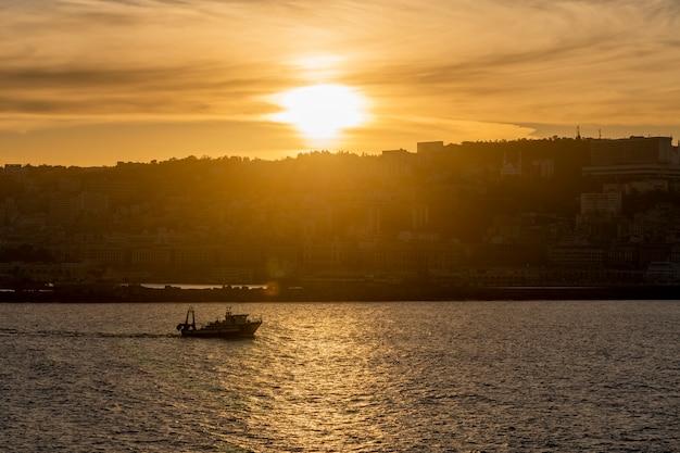 Vue sur le port d'alger au coucher du soleil. temps calme. vue du navire. petit bateau de pêche.