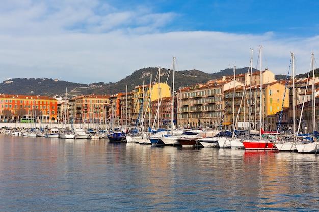 Vue sur le port de nice et les yachts de luxe, côte d'azur, france