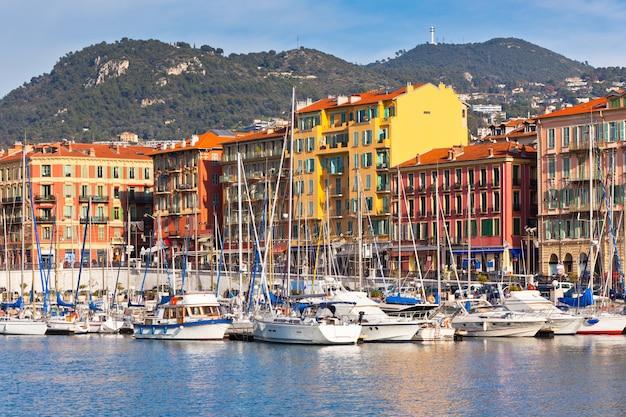 Vue sur le port de nice avec des yachts de luxe
