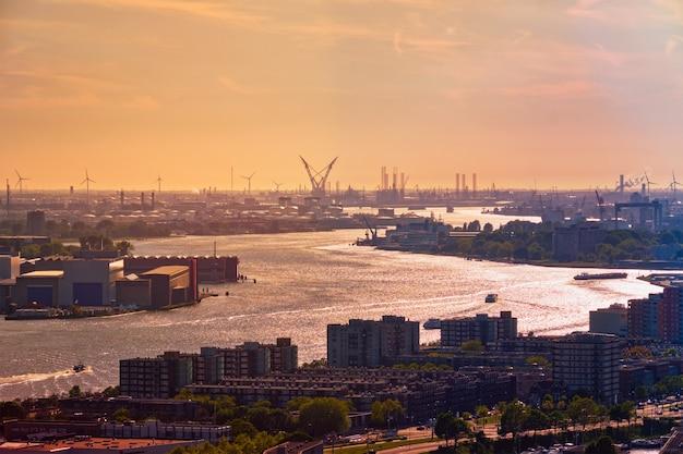 Vue sur le port de rotterdam et la rivière nieuwe maas