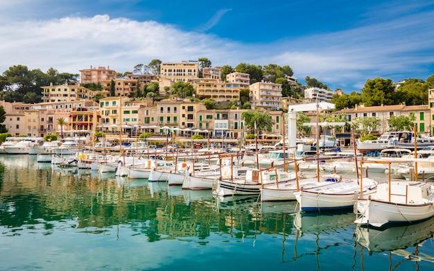 Vue de port de soller, île de la baie de majorque, espagne mer méditerranée.