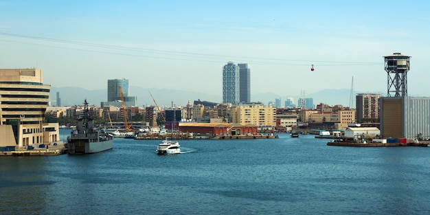 Vue de port vell de la mer. barcelone