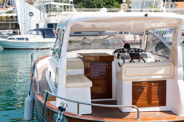 Vue sur le port avec yacht libre