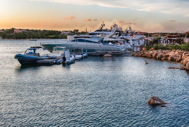 Vue sur le port avec des yachts de luxe de porto cervo
