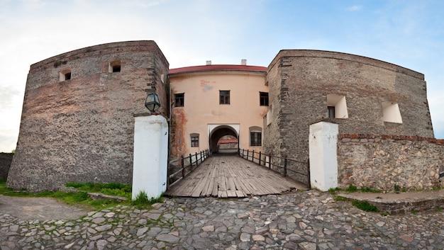 Vue de la porte du pont sur les douves du vieux château de zolochiv