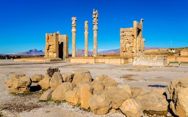 Vue de la porte de toutes les nations à persépolis - iran