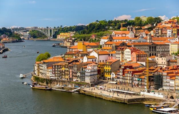 Vue de porto sur le fleuve douro - portugal