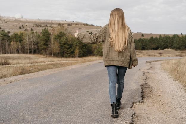 Vue postérieure, femme, auto-stop
