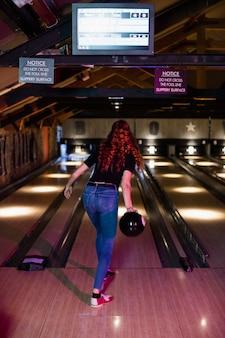 Vue postérieure, de, femme jouant bowling