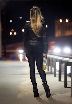 Vue postérieure, de, femme, poser, à, autoroute, soir