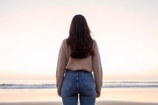 Vue postérieure, de, femme, poser, plage