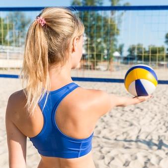 Vue postérieure, de, femme, préparer, servir, volley-ball