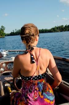 Vue postérieure, de, a, fille assise, sur, a, bateau, lac bois, ontario, canada