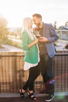Vue postérieure, de, jeune couple, debout, dans, balcon