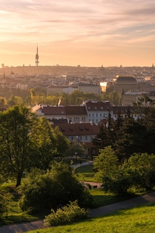 Vue de prague et de la tour zizkov depuis le jardin de petrin