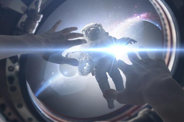 Vue à la première personne de la couverture de personne de la lumière dans la fenêtre onpacecraft