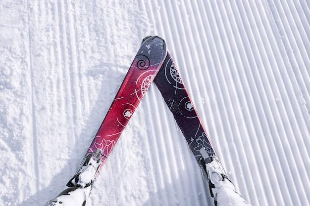 Vue à la première personne du skieur sur la piste enneigée