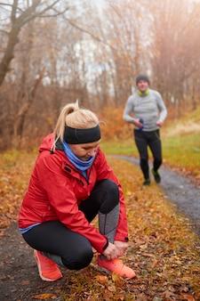 Vue principale des coureurs adultes dans les bois