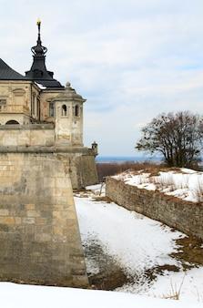 Vue printanière du vieux château de pidhirtsi (ukraine, région de lvivska, construit en 1635-1640 sur ordre de l'hetman polonais stanislaw koniecpolski)