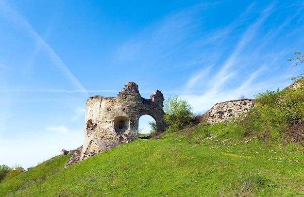 Vue printanière des ruines du château (village de sydoriv, région de ternopil, ukraine).