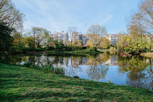 Vue de printemps des condominiums de la ville