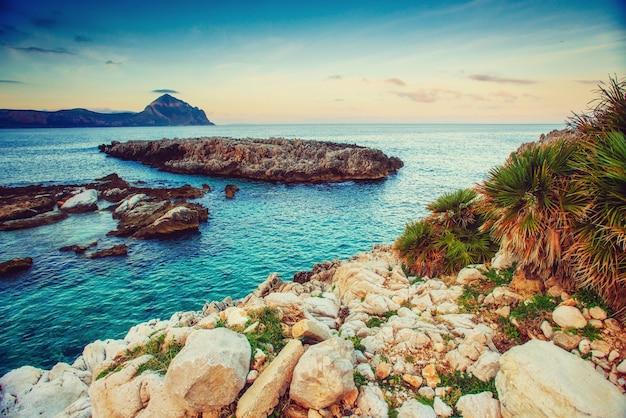Vue de printemps de la côte au coucher du soleil ville trapani. la sicile