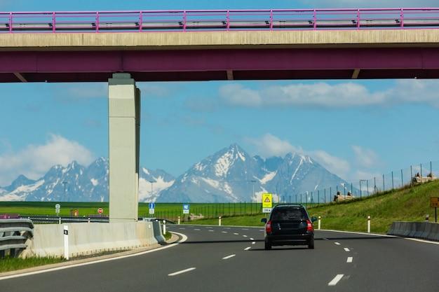 Vue de printemps des hautes tatras avec de la neige sur les sommets des montagnes depuis l'autoroute (slovaquie)